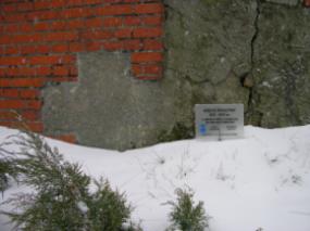 Krzyż pokutny wmurowany w murze otaczającym kościół w Wągrodnie